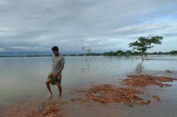Треть Бангладеш находится под водой. Эти фотографии показывают масштабы наводнений.
