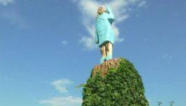 статуя мелании трамп