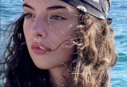 15-летняя дочь Моники Беллуччи впервые сфотографирована в мини-бикини