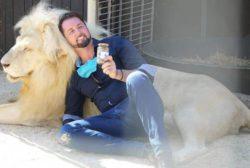 Немецкий цирк продает банки с львиным пометом