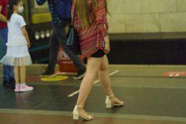 ноги в метро