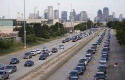 ШОК! Очередь за продовольственной помощью в Техасе растянулась на километры!