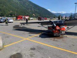 В Британской Колумбии самолет «припарковался» на стоянке (ФОТО и ВИДЕО)