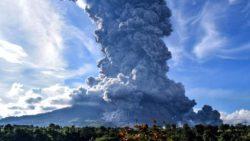 На острове Суматра вулкан Синабунг оставил тысячи людей без крова