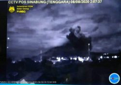 Индонезийский вулкан Синабунг начал извергаться после года затишья