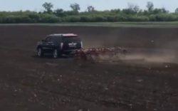 Фермер вспахал поле на Cadillac Escalade