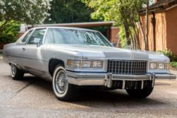 Cadillac Coupe DeVille 1976 года, как из фильма «Брат 2», выставлен на аукцион