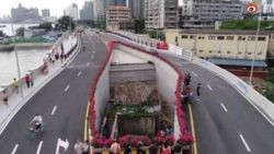 Вокруг крошечного домика очень упрямого хозяина построен массивный автомобильный мост
