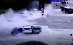 Высокие приливные волны смыли автомобили в Китае (ВИДЕО)