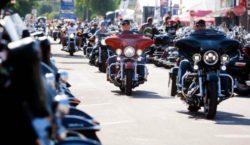 Десятки тысяч байкеров собрались на озере Озарк на популярный фестиваль