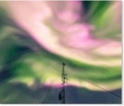 Яркие розовые полярные сияния ослепляют Полярный круг во время продолжающейся солнечной бури