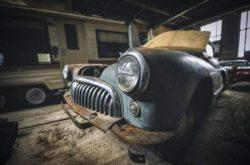 В заброшенной школе нашли редкие автомобили (ФОТО)
