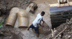 3000-летняя статуя египетского фараона Рамзеса II поднята из грязной канавы в трущобах Каира