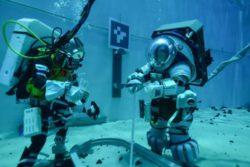 Астронавты тестируют новые скафандры НАСА под водой, когда агентство приближается к следующей высадке на Луну