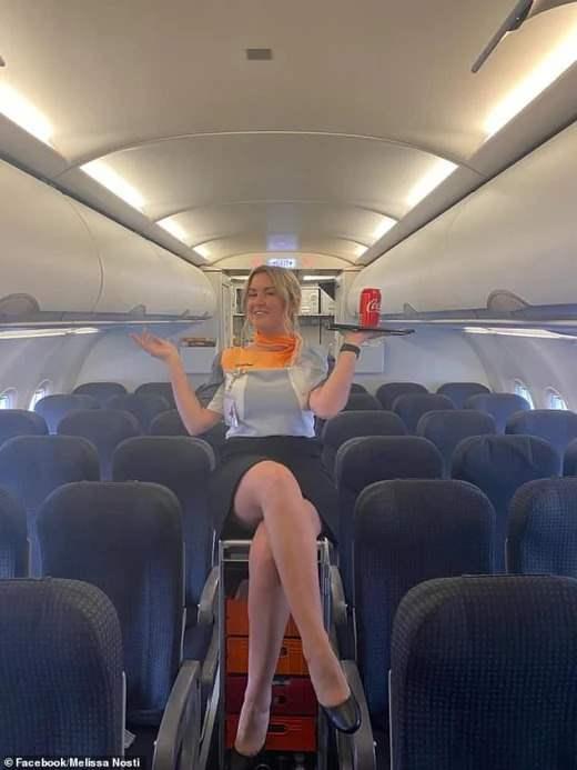 Загорелая стюардесса