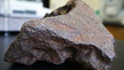 Ученые обнаружили инопланетную материю в метеорите, упавшем в США.