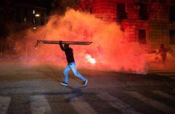 Беспорядки в Неаполе из-за комендантского часа Covid: демонстранты бросают ракеты в полицейских, бьют патрульные машины битами и поджигают мусор