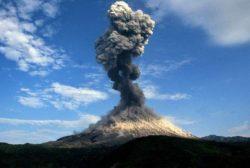3 вулкана Камчатки извергаются одновременно, а сейсмическая активность продолжает сотрясать полуостров Рейкьянес в Исландии