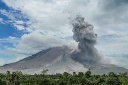 Один из самых мощных вулканов Индонезии извергается (ВИДЕО)