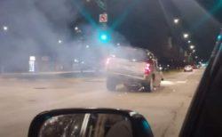 Уникальное ВИДЕО: Джип бешено движется по дороге на … трех колесах.