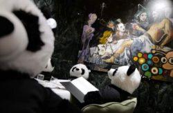 Плюшевые панды заменили клиентов в немецком ресторане