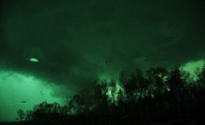 торнадо, зеленое небо,