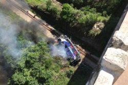 По меньшей мере 10 человек погибли после того, как автобус упал с моста в Бразилии
