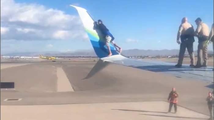мужчина, крыло самолета,