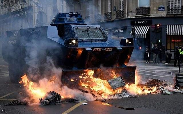 Встолице франции  возобновились столкновения между погромщиками иполицией