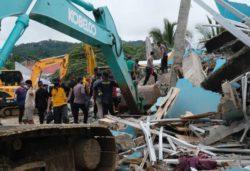 Больница обрушилась при сильном землетрясении в Индонезии, завалены люди (ФОТО)