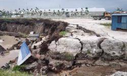 Гигантская воронка размером с 40 олимпийских бассейнов поглощает грузовики и здания в Малайзии