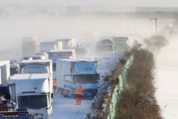 Метель вызвала массовую аварию на японском шоссе (ФОТО)