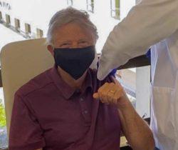 Билл Гейтс «чипирован» — ему сделали прививку от COVID-19
