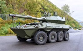 Итальянский танк, Centauro, куры, сарай,