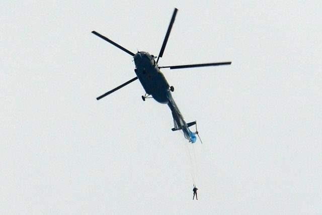 Чита, парашютист, вертолет,