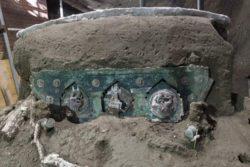 Археологи обнаружили в Помпеях церемониальную карету первого века.