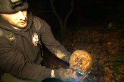 Пара охотников за привидениями обнаружила человеческий череп