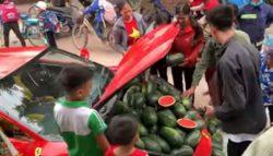 Уникальное ВИДЕО: Мужчина продает арбузы из багажника Ferrari 488 GTB