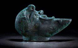 Археологи обнаружили загадочную лампу в форме половинки лица