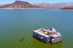 200-летняя церковь внезапно появилась из озера в Мексике. Это предзнаменование?