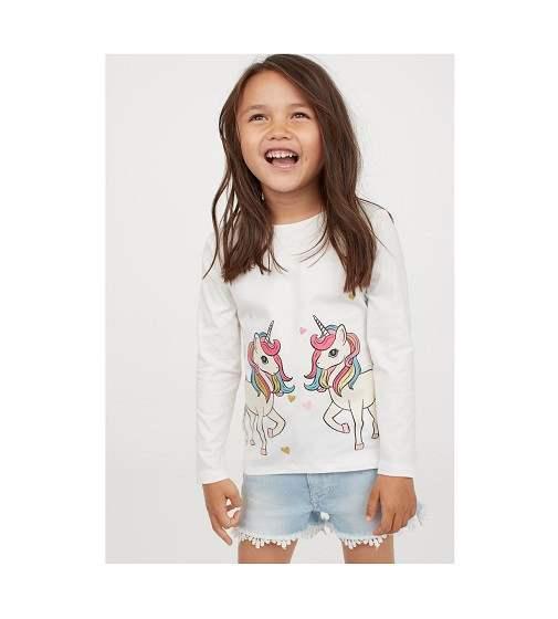 Девочка в модном реглане