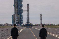 Ракета с китайским экипажем взлетела на строящуюся космическую станцию