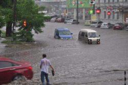 В городе Днепр из-за дождя автомобили превратились в лодки (ВИДЕО)