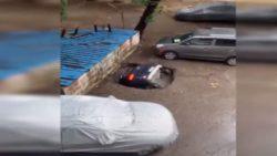 Огромная дыра поглотила машину на стоянке (ВИДЕО)
