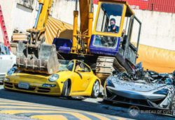 На Филиппинах экскаватор уничтожил незаконно ввезенные спорткары (ФОТО и ВИДЕО)