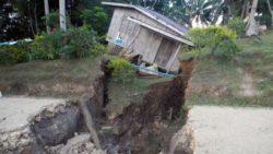 Огромные трещины в земле на Филиппинах разрушают дома