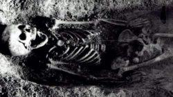 Археологи нашли скелет ребенка с птицей во рту