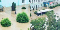Керчь затопило — по городу плавают на лодках, а машины под водой по крышу