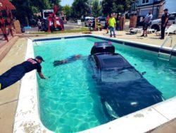 Автоледи совершила ошибку и отправила свою машину в бассейн
