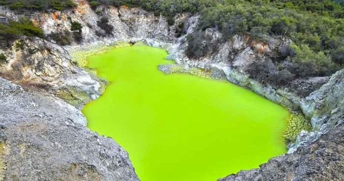 Дьявольская баня, неоново-зеленый серный пруд, Новая Зеландия,